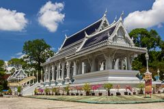 Wat Kaew Korawaram i den Krabi staden Vitt tempel arkivfoton