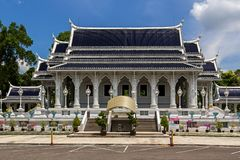 Wat Kaew Korawaram na cidade de Krabi Templo branco foto de stock