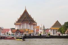 Wat Kalayanamit Woramahawihan Temple par Chao Phraya River à Bangkok, Thaïlande image libre de droits