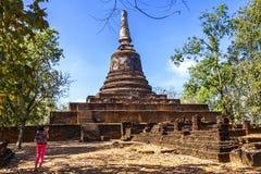 Wat Khao Suwankhiri寺庙和旅客 免版税图库摄影