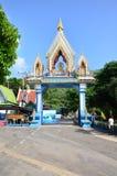 Wat Khao Wong Phra Chan au sommet de montagne dans Lopburi, Thaïlande images libres de droits