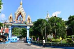 Wat Khao Wong Phra Chan au sommet de montagne dans Lopburi, Thaïlande image libre de droits