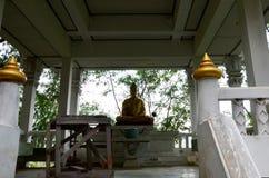 Wat Khao Wong Phra Chan au sommet de montagne dans Lopburi, Thaïlande image stock