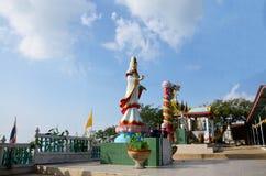 Wat Khao Wong Phra Chan au sommet de montagne dans Lopburi, Thaïlande images stock