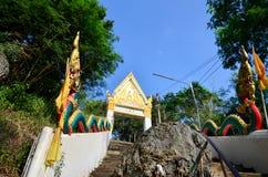 Wat Khao Wong Phra Chan au sommet de montagne dans Lopburi, Thaïlande photographie stock