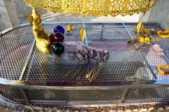 Wat Khao Wong Phra Chan au sommet de montagne dans Lopburi, Thaïlande photos stock