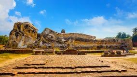 Wat Lokayasutharam寺庙的斜倚的菩萨在Ayuthaya历史公园在泰国 免版税库存图片