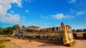 Wat Lokayasutharam寺庙的斜倚的菩萨在Ayuthaya历史公园在泰国 库存图片