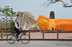 Wat Lokayasutharam est temple de Bouddha étendu à Ayutthaya Photographie stock