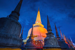 Wat Mahathat寺庙的,夜场面, Nakhon Si Thammarat古老塔,南部泰国 库存照片