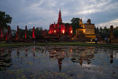 Wat Mahathat废墟在欢乐照明设备的 在Sukhothai历史公园的晚上  库存图片