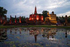 Wat Mahathat废墟在欢乐照明设备的 微明在Sukhothai历史公园  泰国 库存图片