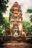 Wat Mahathat废墟的菩萨在日落天空泰国下 免版税库存图片