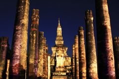 Wat Mahathat на ноче, Sukhothai, Таиланде стоковое фото