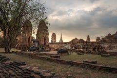 Wat Mahathat-Tempel am bewölkten Tag in Ayutthaya, Thailand lizenzfreie stockfotos