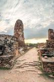 Wat Mahathat-Tempel am bewölkten Tag in Ayutthaya, Thailand lizenzfreie stockbilder