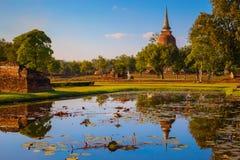 Wat Mahathat Temple en el parque histórico de Sukhothai, un sitio del patrimonio mundial de la UNESCO Fotografía de archivo libre de regalías