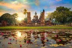 Wat Mahathat Temple im Bezirk historischen Parks Sukhothai in Thailand stockbilder