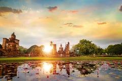 Wat Mahathat Temple nos arredores do parque histórico de Sukhothai, Tailândia fotografia de stock