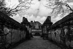 Wat Maheyong de overblijfselen van tempels, openbare ruimten met dode tre Royalty-vrije Stock Fotografie