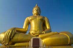 Wat Muang寺庙的大美丽的菩萨有蓝天的, Angt 免版税库存照片
