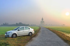 Wat Muang寺庙的大菩萨有白色颜色汽车的 免版税库存照片