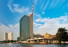 Wat Muang Kae och CAT Tower i Bangkok Arkivfoton