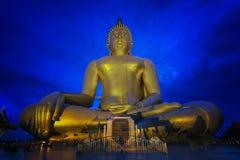 Wat Muang med gilden den jätte- stora Buddhastatyn Arkivbild