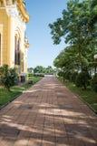 走道在Wat Niwet Thammaprawat教会里在阿尤特拉利夫雷斯泰国- 免版税库存图片