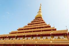 Wat Nong Wang公开寺庙的金黄塔反对太阳光, 库存图片