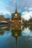 Wat Pa玛哈Chedi Kaew韩区Wat四色菊百万个瓶 库存图片