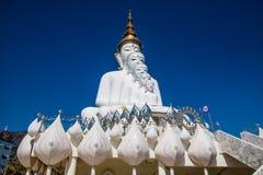 Wat Pha Sorn Kaew寺庙 五大菩萨雕象白色颜色是美好的建筑学在Phet cha小圆面包,泰国 免版税库存图片