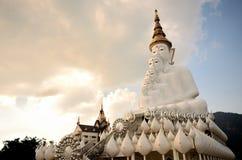 Wat Pha Sorn Kaew dat ook als Wat Phra That Pha Kaew wordt bekend, is een Boeddhistische klooster en een tempel in Phetchabun, Th Royalty-vrije Stock Fotografie