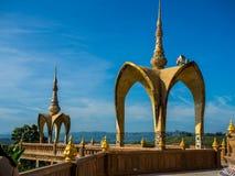 Wat Pha Sorn Kaew (temple sur une haute falaise en verre) Images stock