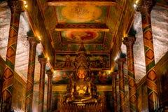 Wat Phnom en Buddhastaty Royaltyfria Bilder