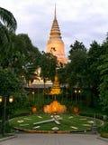 Wat Phnom Phnom Penh, Cambodja på den molniga solnedgången Royaltyfria Bilder