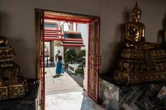 Wat Pho寺庙的旅游女孩 免版税图库摄影