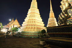 Wat Pho或Wat Phra Chetuphon在晚上 库存照片