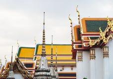 Wat Pho,曼谷,泰国色的明亮的屋顶  免版税库存照片