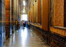Wat Pho buddistisk tempel med de 108 bronsbunkarna som indikerar 108 lovande tecken av Buddha Arkivfoto