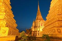 Wat Pho i Bangkok efter solnedgång Royaltyfria Bilder