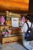 Wat Pho, la preghiera di una ragazza all'altare Bangkok Thaila Immagini Stock