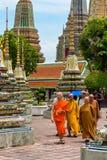 23/06/17 Wat Pho Temple, Bangkok, Thailand Munkar går bland Royaltyfri Bild