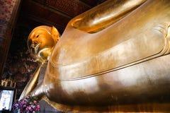 Wat Pho Temple van Doende leunen Boedha, of Wat Phra Chetuphon, wordt gevestigd achter de Tempel van Emerald Buddha en moeten- royalty-vrije stock fotografie