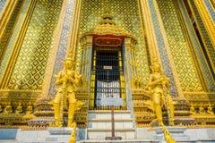 WAT PHO, THAÏLANDE, LE 8 FÉVRIER 2018 : Belles statues d'or au pénétrer dans de Wat Phra Kaew, temple de l'émeraude Photos stock