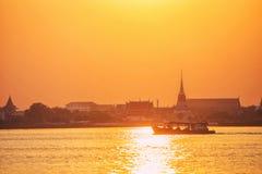 Wat Phra河的晁Phraya萨穆特Chedi 在日落在Samu 库存照片