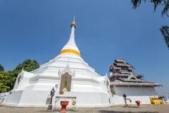 Wat Phra που Doi Kong MU Άσπρος ναός σε μια κορυφή βουνών στο γιο της Mae Hong βόρειο στοκ εικόνες με δικαίωμα ελεύθερης χρήσης