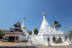 Wat Phra που Doi Kong MU Άσπρος ναός σε μια κορυφή βουνών στο γιο της Mae Hong βόρειο στοκ φωτογραφία με δικαίωμα ελεύθερης χρήσης