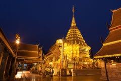 Wat Phra та пагода Doi Suthep золотая с глубоко Стоковое Фото