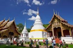 白色塔在Wat Phra辛哈在清迈 免版税库存图片